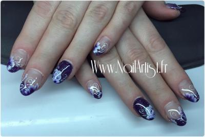 rose et fleurs sur ongles violet